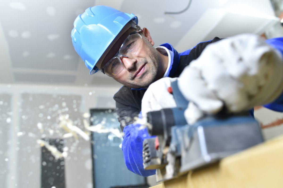 construction worker choosing eye PPE